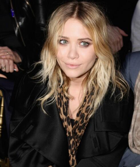 Skuespiller Mary Kate Olsen er ofte å se i skjerf med dyremønster - her har hun bare latt det henge rundt halsen uten å knyte det.
