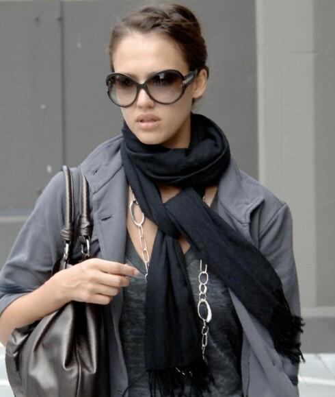 Svarte skjerf er alltid fint, som her rundt halsen på skuespiller Jessica Alba.