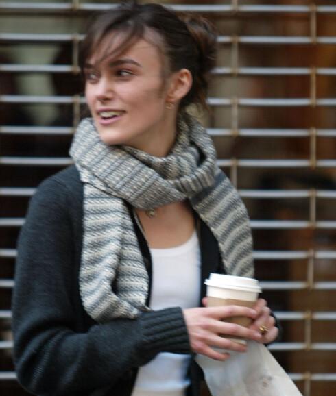 Skuespiller Keira Knightley med et klassisk grått og hvitt strikkeskjerf rundt halsen.