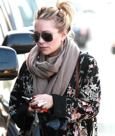 Moteikon Mary Kate Olsen i et lunt jordfarget skjerf.  Foto: All Over Press
