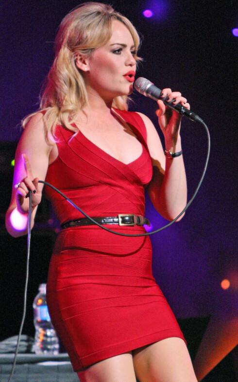 Den engelske popstjernen Duffy i kjolefargen ingen mann kan motstå. Foto: All Over Press