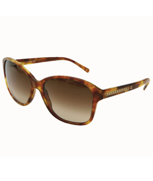 <strong>DE KLASSISKE SOLBRILLENE:</strong> Plastbriller i retrostil har vært på moten sesong etter sesong, her i flekkete brunt med gullskrift på stangen (kr 2200, Chanel).