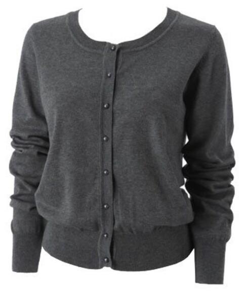 <strong>KARDIGANEN:</strong> Elsket siden 50-tallet, og ett av garderobens søteste og stiligste plagg som kan brukes til alt fra skjørt og kjoler, til bukser og shorts (kr 250, Gina Tricot).