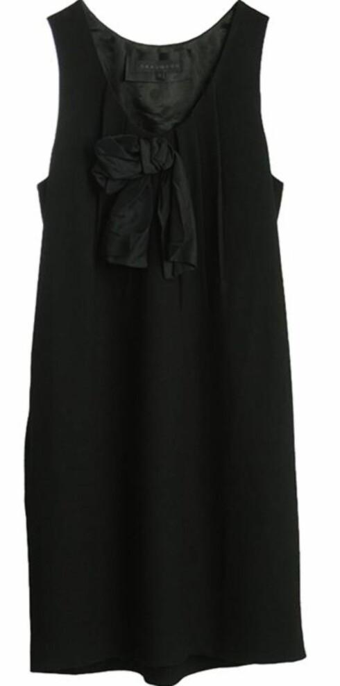 <strong>DEN LILLE SORTE:</strong> Motens kanskje største klisjè, men likefullt en uunngåelig klassiker - dette er kjolen alle må ha i skapet, her i viskose og ull med silkesløyfe foran (kr 1600, Graumann/Musthaves.dk).