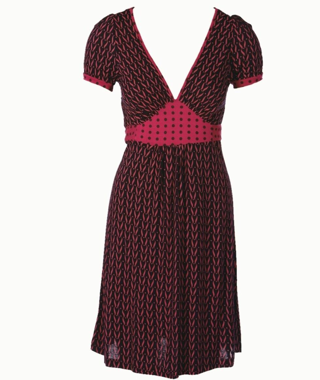 <strong>MARKERER MIDJEN:</strong> Søt mønstret kjole med innsving i livet (kr 700, Pepe Jeans).