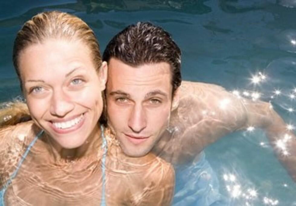 2. I bassengetFølelsen av vann rundt kroppen virker opphissende for både menn og kvinner. Vær imidlertid oppmerksom på at skjedens naturlige smørning forsvinner med vannet. Problemet løses med et silikonbasert glidemiddel som også fungerer under vann. Foto: All Over PressAll Over Press
