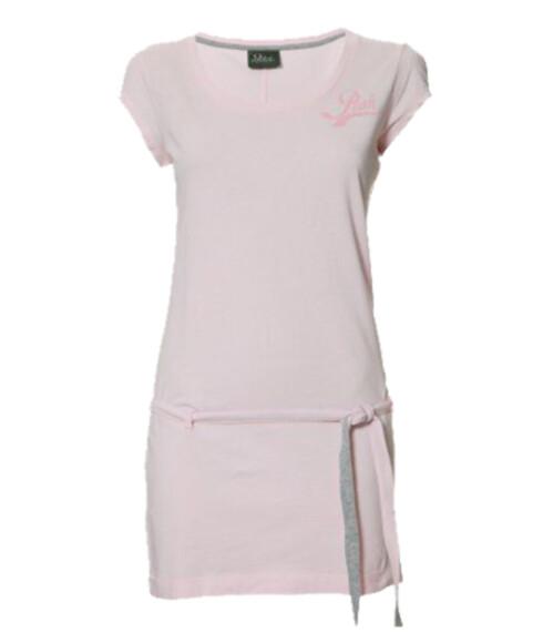 Den sporty strandkjolen kan du trygt pakke i bagasjen uten at den blir krøllete (kr 600, Peak Performance).