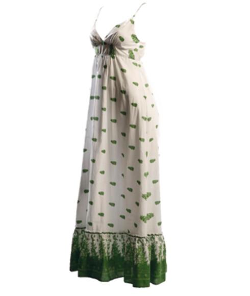 Den romantiske, fotside kjolen er et motemust i sommer (kr 500, Voice).