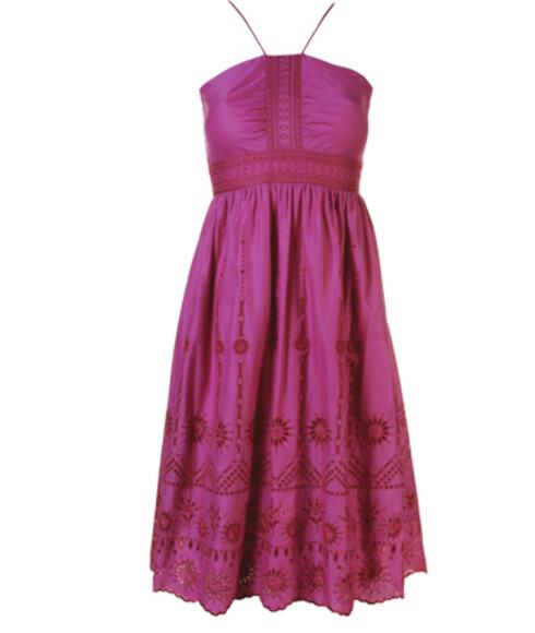 Den knallrosa kjolen i bomull passer både til høye og flate sandaler (kr 550, Monsoon).