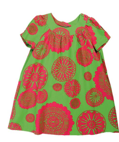 Kjoler med stiliserte 60-tallsmønstre er en av sommerens motevinnere (kr 1600, Marilyn John).