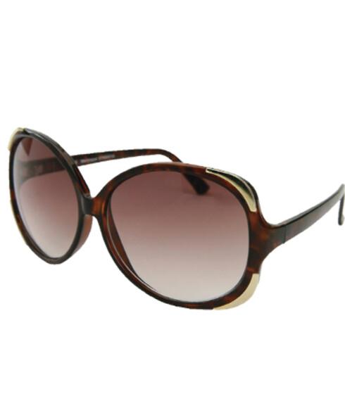 DivabrilleneSolbriller beskytter øynene, holder håret borte fra ansiktet, og gir den rette divalooken. Disse retro-brillene kommer fra Oasis (kr 200).