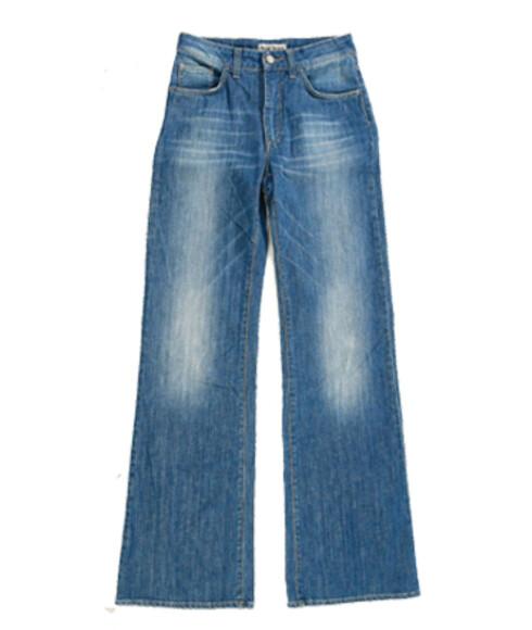 Ikke glem jeansEn dongeribukse tar litt plass i bagasjen, men er et uunnværlig plagg. Fra det smale og åletrange er nå jeans med vide bein et must (kr 1400, Acne).