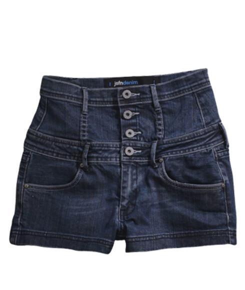 Trendy i shortsEn kort shorts er selvskreven i feriekofferten. Denne har høyt liv og praktiske lommer (kr 259, Ellos).
