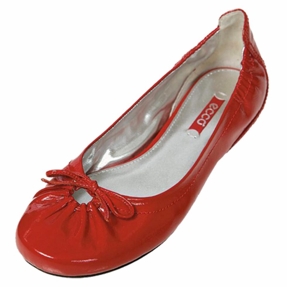 Søte ballerinasko Med et par flate, men behagelige ballerinas i skapet har du sko du kan bruke på dager du skal gå en del. Og de er like fine til skjørt som til jeans (kr 850, Ecco).