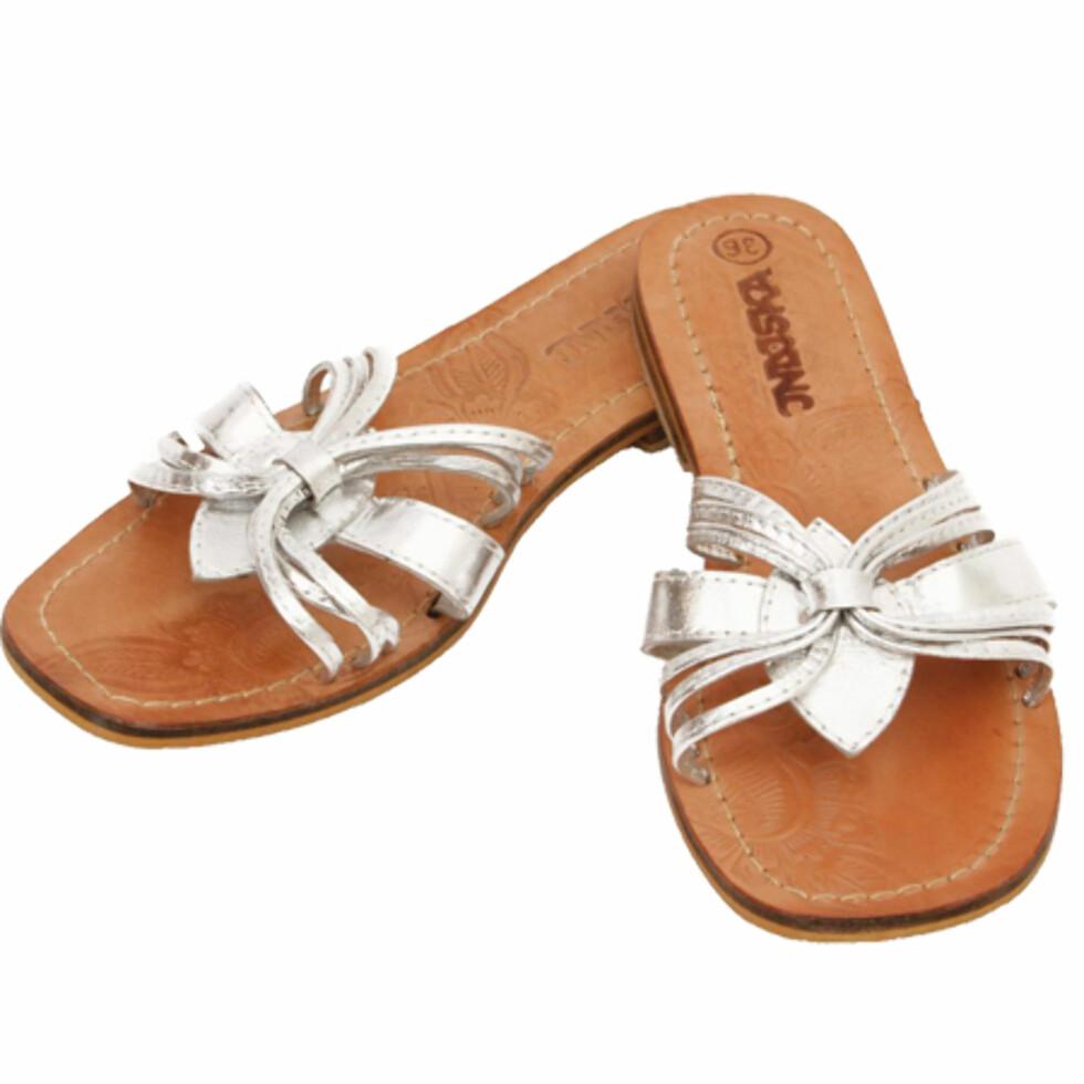 Lekre sandaler Et par komfortable sandaler er det naturlige sommervalget. Disse kan brukes både til lange og korte skjørt, samt til jeans (kr 200, Indiska).