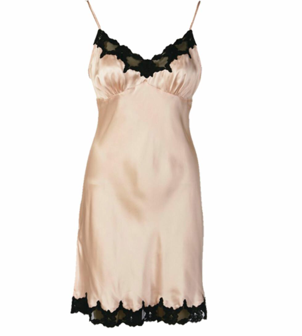 Nattkjoler i sateng er superbehagelig å sove i. Denne har en sexy, svart blondekant (kr 600, La Senza).