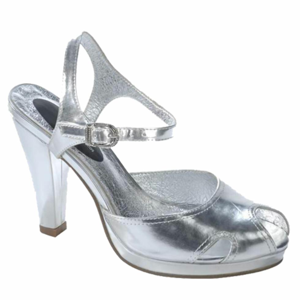 Glamorøse sølvskoSølvsko er perfekt til festbruk, men kan også glamme opp et hverdagsantrekk. Bruk dem til rosa eller svarte strømpebukser eller jeans (kr 300, Ellos).