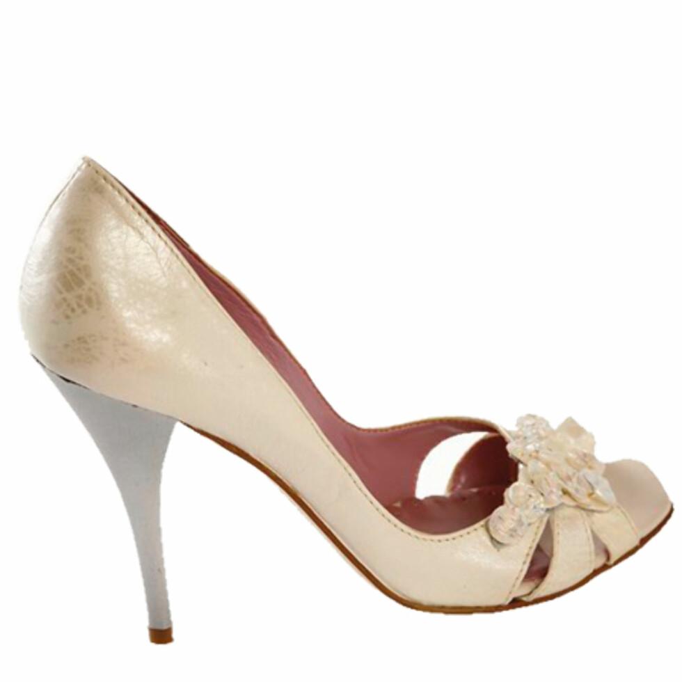 Hæler til å dø forJada, vi vet at de skader ryggen, og at å gå lengre enn 300 meter i dem er en smertefull opplevelse. Men til de festlige anledningene hvor alt du skal gjøre er å stå med et cocktailglass i hånden, er det superhøye hæler som gjelder. Spesielt til høsten, hvor skyhøye sko blir mer trendy enn noensinne (kr 1000, Bianco).