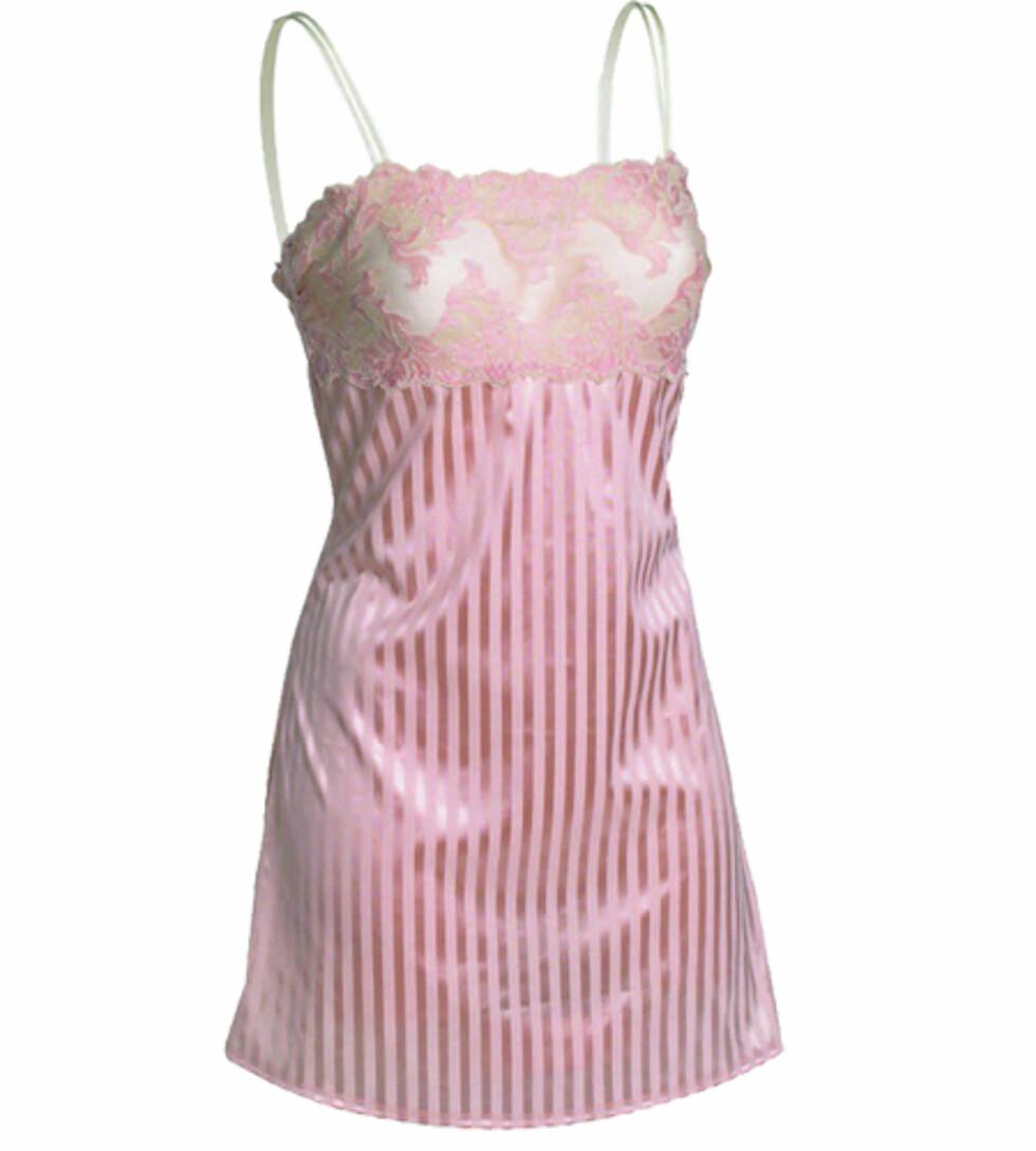 Med broderier og striper er denne nattkjolen så søt at det er fristende å bruke den hele dagen (kr 400, Abecita).