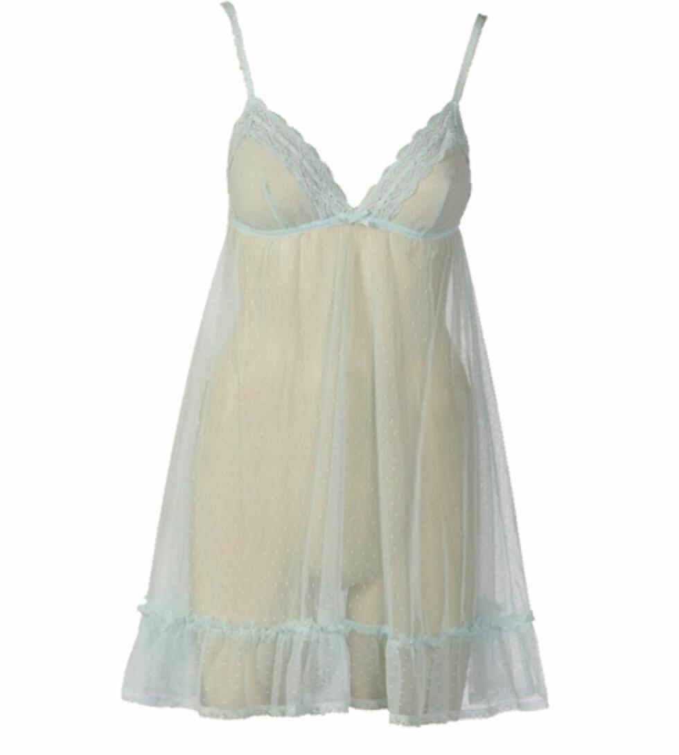 Mintgrønn og florlett babydoll-kjole med dyp utringning (kr 200, Cubus).