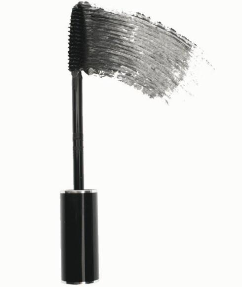 Dior Blackout Waterproof maskara har kullsvarte pigmenter - ekstra effektiv mot knall øyeskygge (kr 245).