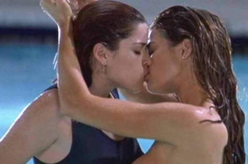 (Faksimile RealGuide)1. Denise Richards og Neve Campbell Campbell og Richards hete omfavnelse i filmen Wild Things fra 1998 er nok ett av de pikekyssene menn husker aller best.