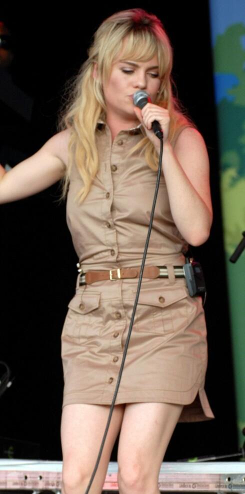 SEXY UNIFORM: I khakikjole i safaristil med tynt strikkbelte i livet. Foto: All Over Press