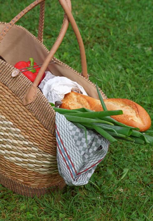 Husk å stikke en liten pakke med prevensjon inn mellom maten i nistekurven.  Foto: www.imagesource.com