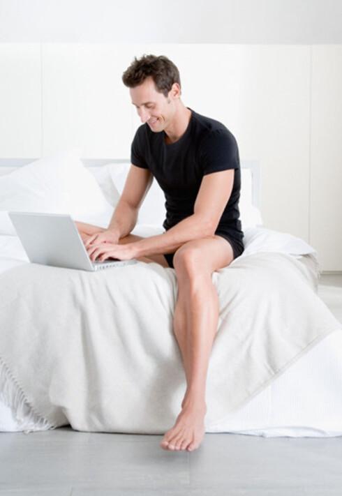 En av feilene menn gjør i senga er at de starter forspillet for sent. Ergo hold flørten varm med elektroniske kjærlighetsbrev. Foto: www.imagesource.com