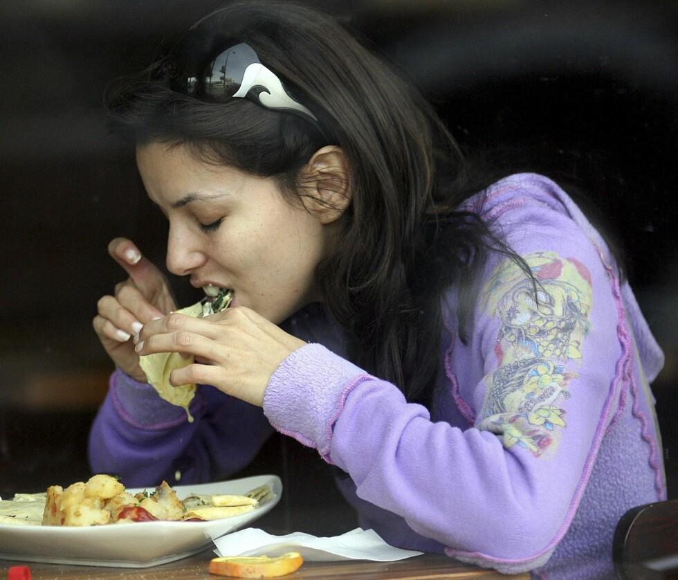 Frustrert Frue Eva Longoria ble nylig observert mumsende på en bakrus-fiksende frokost av en uidentifiserbar ketsjup- og ostedryppende rett på en frokostrestaurant i Hollywood.  Foto: All Over Press