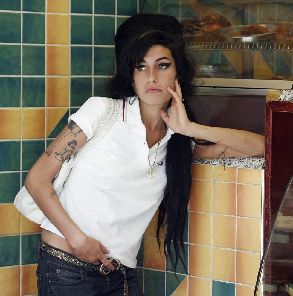 Søndag i London: Festglade Amy Winehouse henger ved en karibisk take away-restaurant hvor hun venter på at maten hennes skal bli ferdig.  Foto: All Over Press