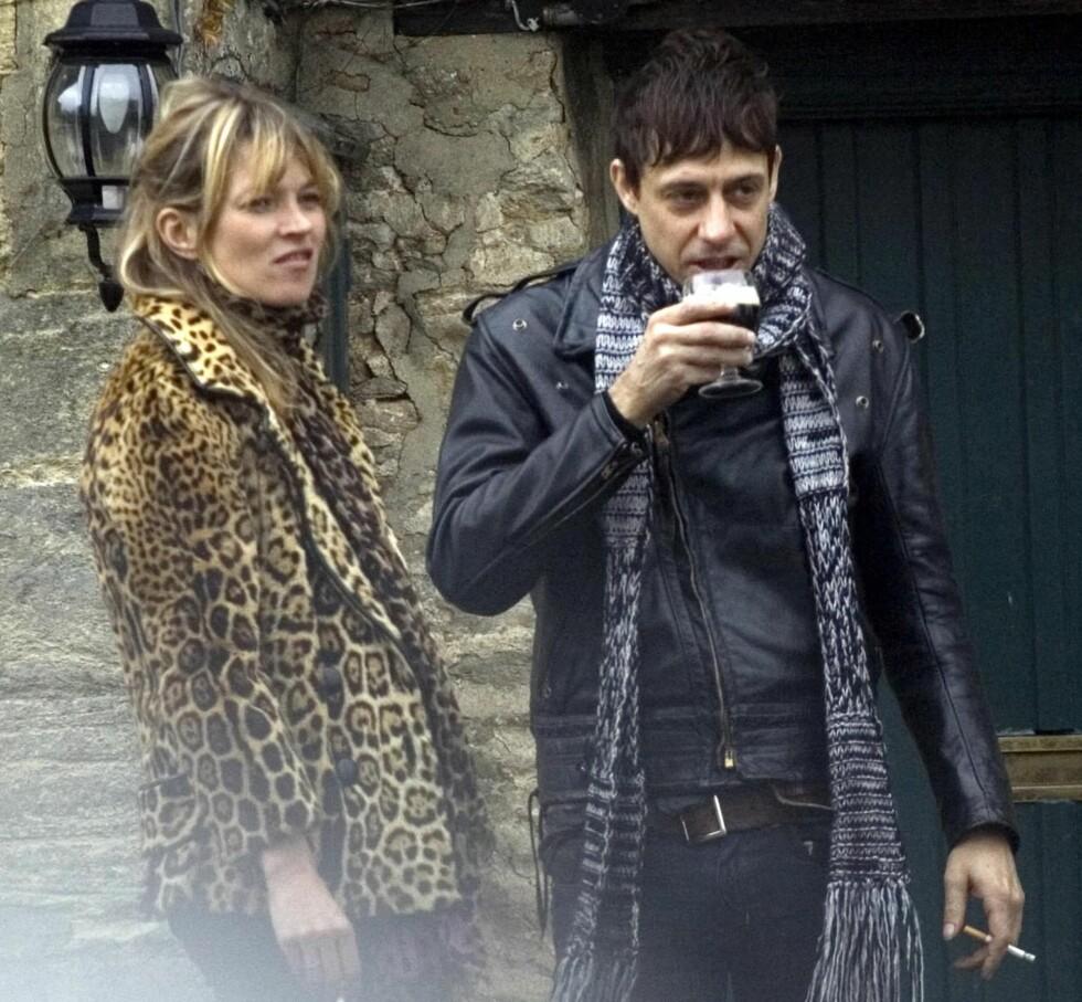 Kate Moss og musiker-kompis Jamie Hince reparerer med Irish Coffee og sigaretter på en lokal pub i  Gloucestershire.   Foto: All Over Press