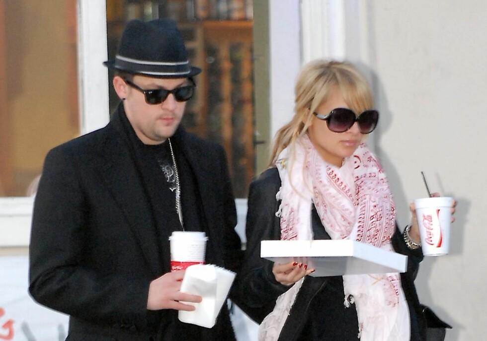 Nicole Richie og Joel Madden, vokalist i bandet Good Charlotte ble fotografert da de iførst solbriller tasset til den lokale pizzarestauranten for å hente med take away.   Foto: All Over Press