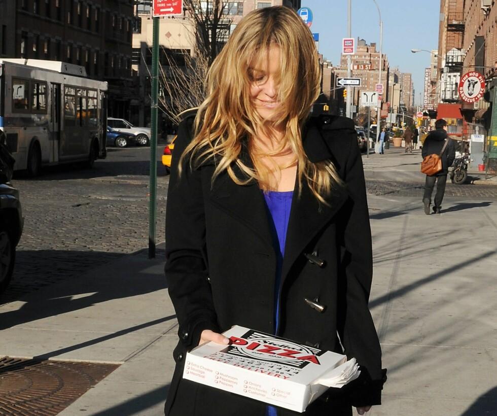 Bustete usminket rusler Carmen Electra hjem etter å ha kjøpt en glovarm New York-pizza.  Foto: All Over Press