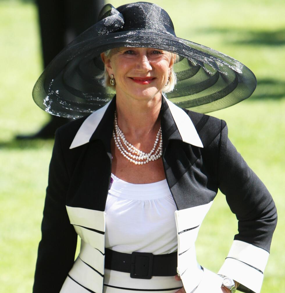 Skuespiller Dame Helen Mirren stilte på festen i en klassisk svart og hvit drakt toppet med en bredbremmet klassisk elegant hatt på hodet.   Foto: All Over Press