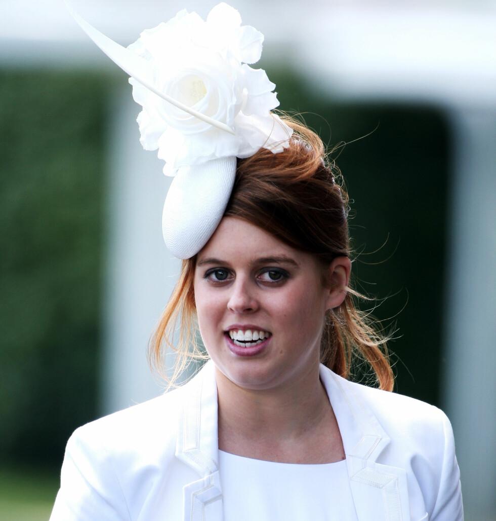 Prinsesse Beatrice gikk for en hvit og fluffy liten sak.   Foto: All Over Press