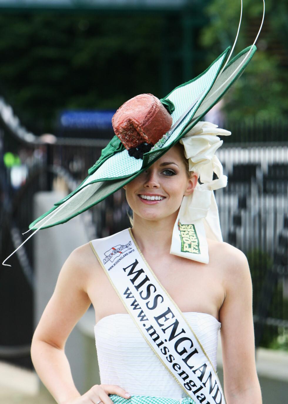 Miss England, Georgina Horsley, i en hatt som mest av alt minner om et kakestykke eller en godt modnet ost.  Foto: All Over Press