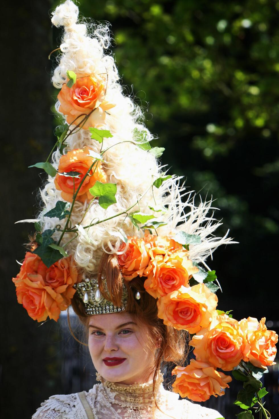 I en hatt Marie Antoinette ville ha elsket over alt på jord. Foto: All Over Press