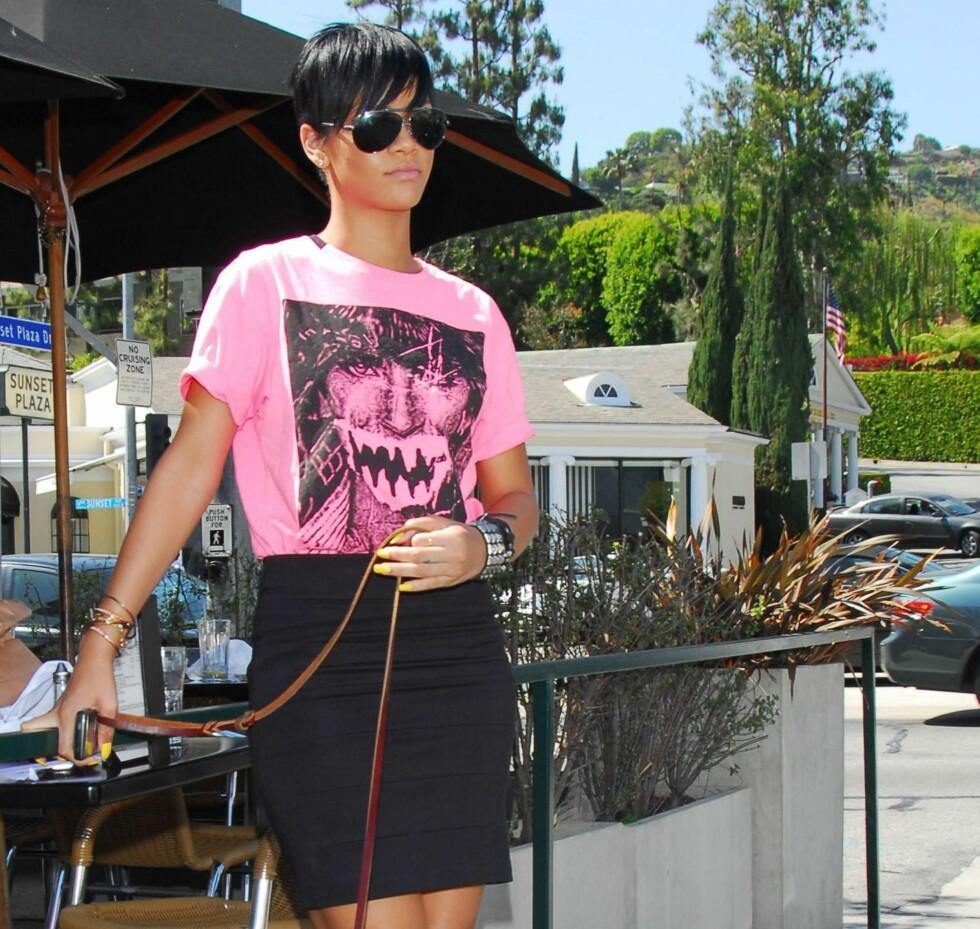 Artisten Rihanna viser at jeans ikke er det eneste plagget som passer til t-skjorter. Også sommerens smale trendskjørt med høyt liv er et godt følge.