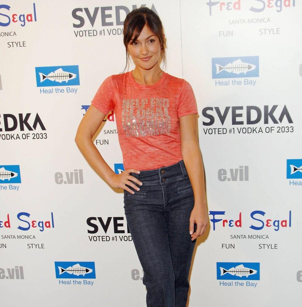T-skjorter og jeans er enkelt, stilrent og sexy. Og vårens trend med jeans med høyt liv, tillater at du har t-skjorta oppi buksa. Skuespiller Minka Kelly viser hvordan det skal gjøres.