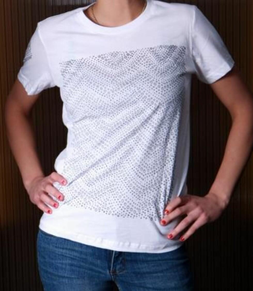 Enkel t-skjorte med mønstrete trykk fra Daonefootgoose(kr 500, Freudiankicks.) Det kan ofte være en utfordring å finne t-skjorter med godt snitt. Denne er av god bomullskvalitet som gjør at den fine modellen holder seg.