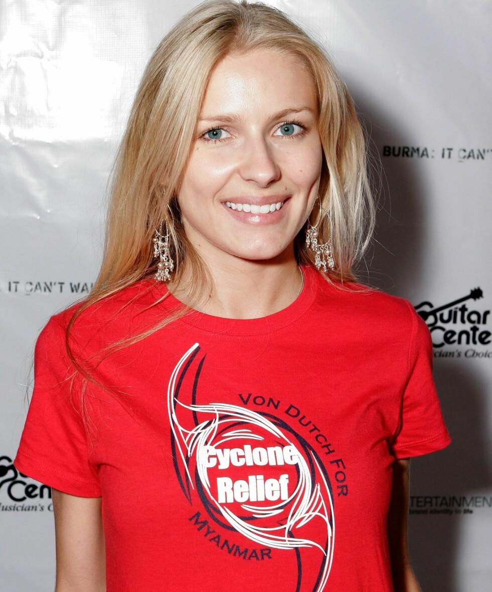 Klesmerket Von Dutch var kjapt ute med å lansere en t-skjorte som støtter syklonofrene i Burma. Skuespiller Actress Anya Bentonwith stilte som modell under lanseringen.  Foto: All Over Press