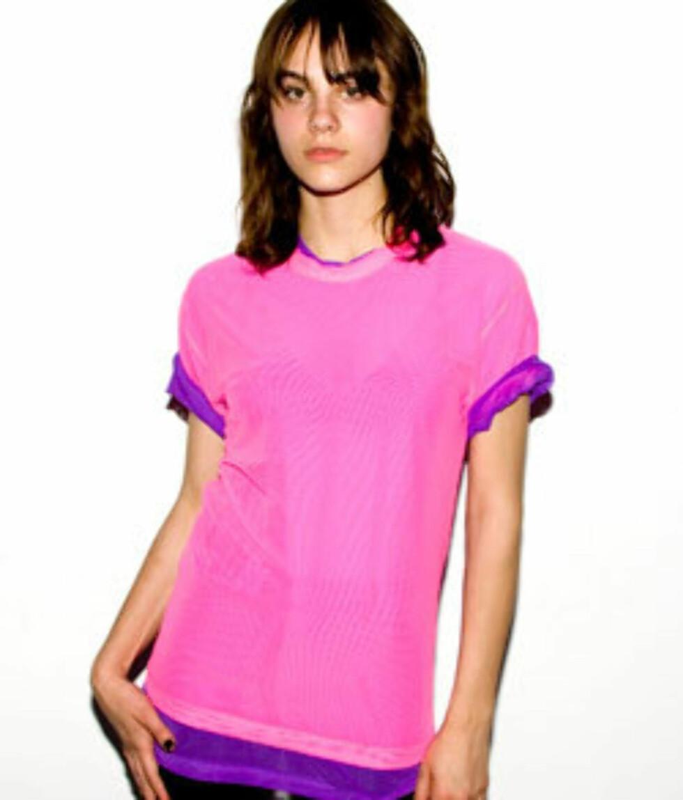 Noe av moroa med t-skjorter er at det er et plagg hvor det meste er lov. Både musikksmak, politisk tilhørighet og humor kan vises fram for omverdenen. Eller som med denne: En ekte kjærlighet for 80-tallet og en ren passion for pink (kr 178, American Apparel).