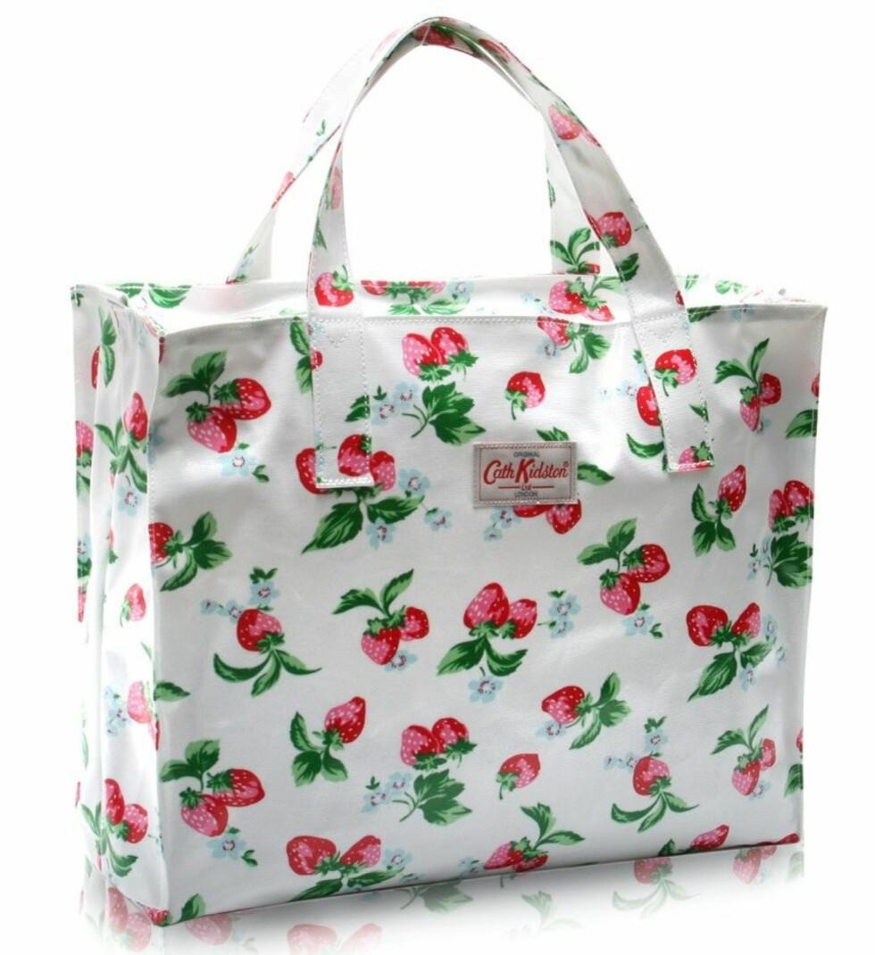 GJØR DEG I EKSTRA GODT HUMØR: Deilig forfriskende bag med jordbær på (kr 300, Cath Kidston).