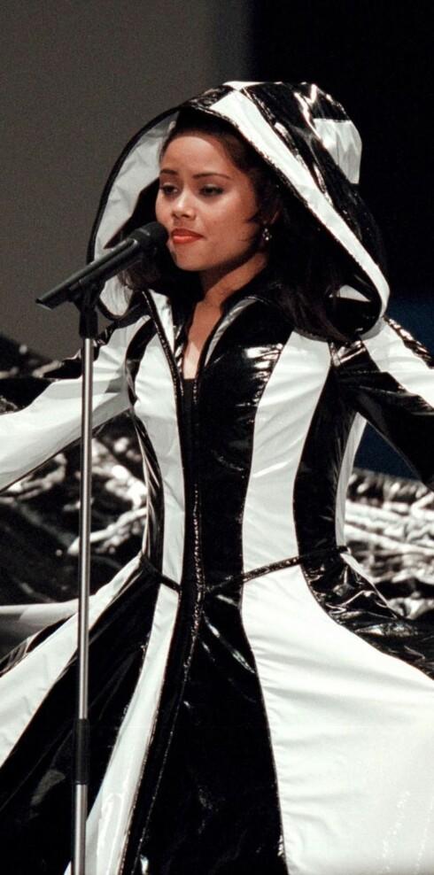 Grand Prix har vært preget av mange pussige antrekk, uttrykk og personligheter gjennom tidene. Vi husker ikke hva nederlandske Linda sang i 2000, men dette er kjolen hun bar - og det er vanskelig å glemme...