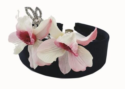 Mørk blå, bred hårbøyle (kr 40, Ellos), rosa og hvite orkidéspenner (kr 80, Accessorize) og liten sommerfuglspenne i strass (kr 110, Oasis).