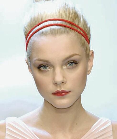 Røde, smale hårbånd er superlekkert og vårlig til hvit kjole.