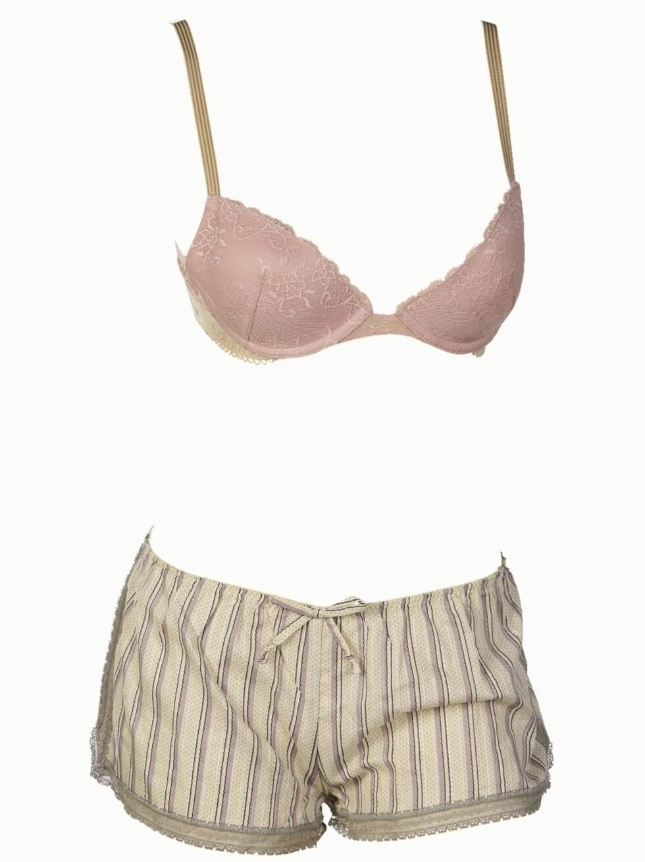 <strong>I GAMMELDAGS STIL:</strong> Pudderrosa og romantisk undertøy (bh kr 500, Calvin Klein) og bokser (kr 450, Princesse Tam Tam/Lingerie Lounge).