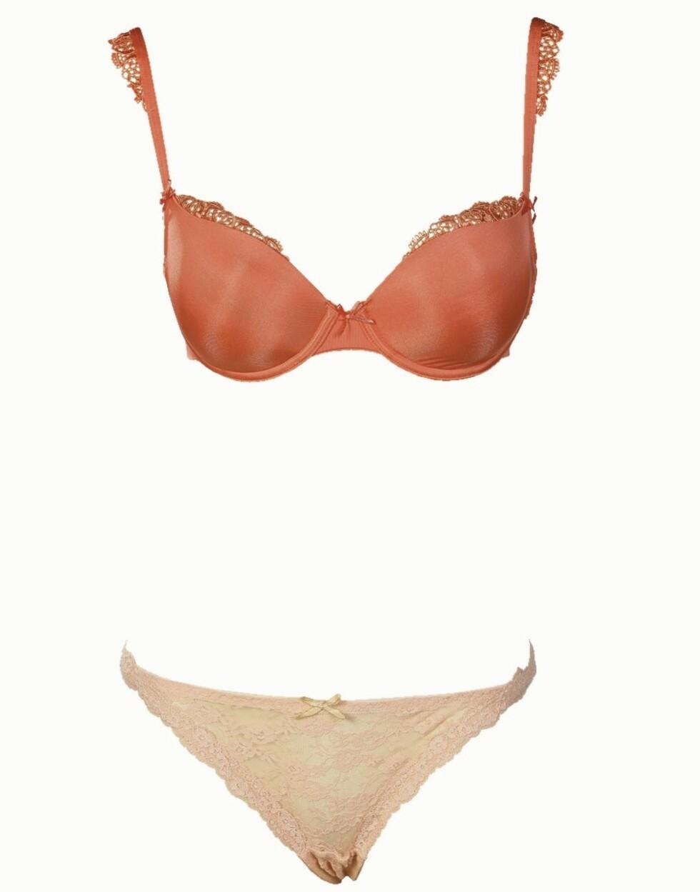 <strong>VARME FARGER:</strong> Lakserød bh (kr 200, Lindex) og aprikosfarget string (kr 60, Cubus).