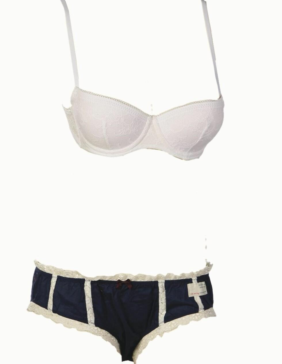 I SAILORSTIL: Hvit bh (kr 500, Calvin Klein) og blå og hvit truse (kr 315, Odd Molly/Lingerie Lounge).